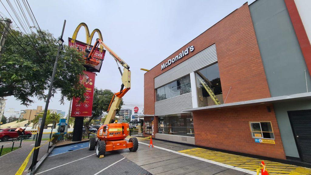 ALO Perú con Brazos Articulados JLG 600AJ y E450AJ  renuevan letreros en restaurante de comida rápida