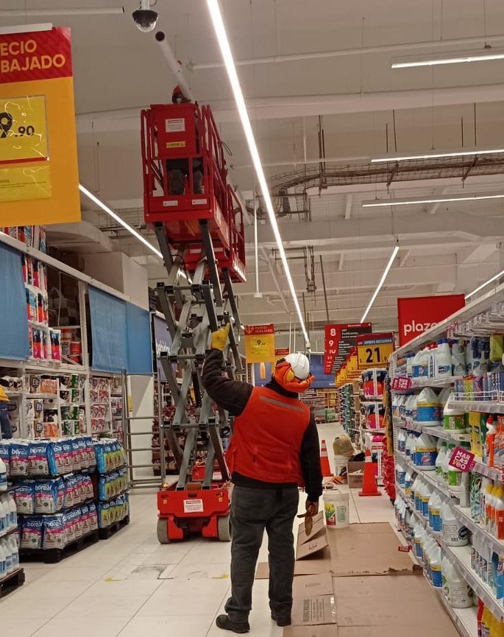 Soluciones en altura ALO Lift para mantenimiento en cadenas de retail del extremo sur de Perú