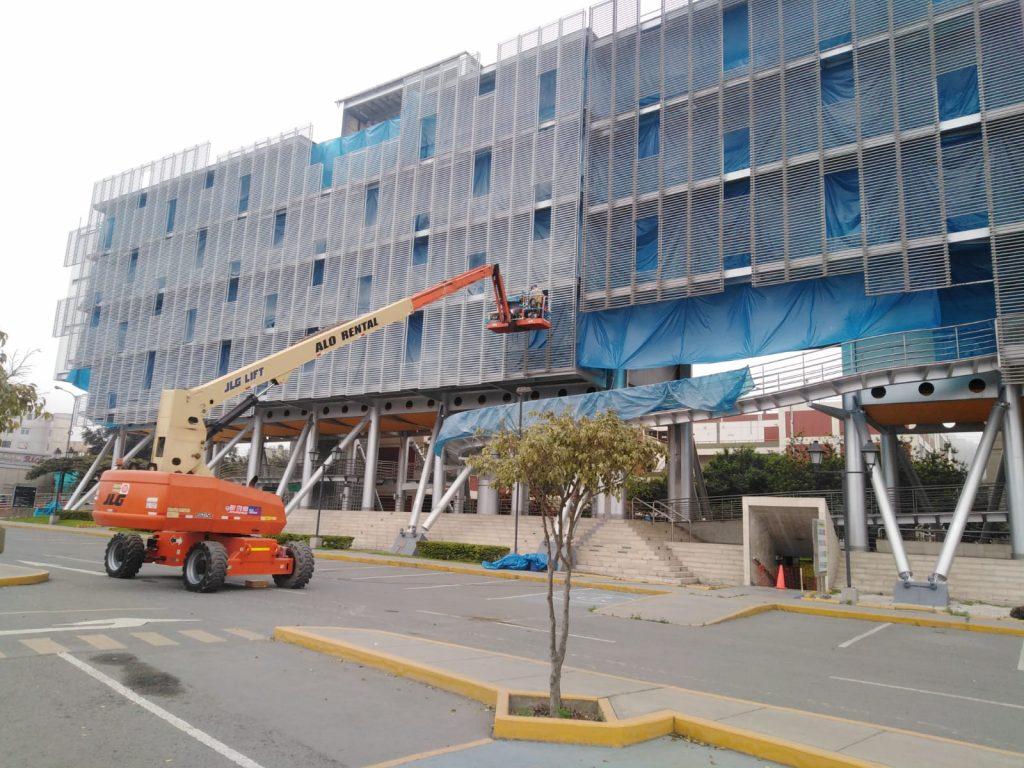 ALO Perú en construcción de Centro de Estudios con Brazos Telescópicos JLG 860 SJ