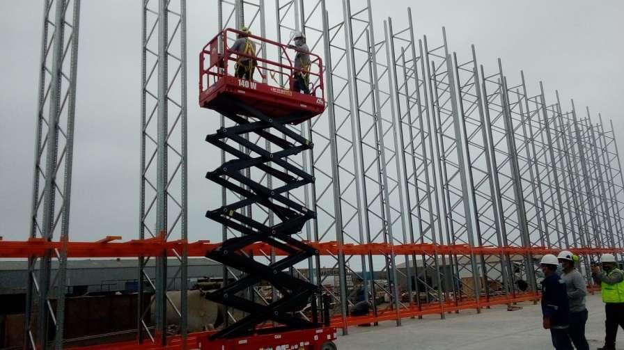 ALO Perú con alquiler Plataformas Tijeras ALO Lift 140W en montaje de racks industriales